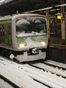 雪が積もった山手線