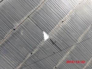 割れている屋根材をコーキング補修